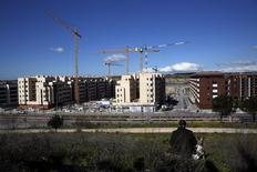 Los precios medios de vivienda en España mostraron un incremento interanual del 2,4 por ciento en el primer trimestre de este año, en una señal más de la reactivación del sector. En la imagen, grúas de construcción en una nueva promoción urbanística a las afueras de Madrid, el 29 de febrero de 2016. REUTERS/Susana Vera