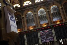 La bolsa española abrió el lunes con una tendencia ligeramente alcista, en una sesión de transición ante la festividad en las bolsas de Nueva York y Londres, con un efecto positivo en los mercados europeos por el descenso del euro frente al dólar. En la imagen, una pantalla electrónca en la Bolsa de Madrid, el 20de julio de 2012. REUTERS/Susana Vera