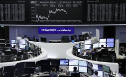 Las bolsas europeas abrieron planas el lunes con un bajo volumen de intercambios ante la perspectiva de la llegada, más pronto que tarde, de una nueva subida de los tipos de interés en EEUU, que provocó que los inversores evitaran fuertes apuestas. En la imagen, operadores trabajan en sus mesas delante del índice de precios alemán DAX en Fráncfort, el 27 de mayo de 2016.     REUTERS/Staff/Remote