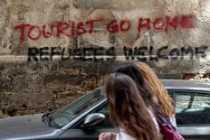 """En la imagen, una pintada en Palma de Mallorca que dice """"Turistas volved a casa, refugiados bienvenidos"""", 23 de mayo de 2016. REUTERS/Enrique Calvo"""