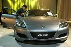 Спорткар Mazda RX-8 на презентации в Токио. 9 апреля 2003 года. Mazda Motor Corp отзывает в России 1.997 автомобилей Mazda RX-8 (SE) и BT-50/B-series (UN), сообщил в понедельник Росстандарт. REUTERS/Eriko Sugita