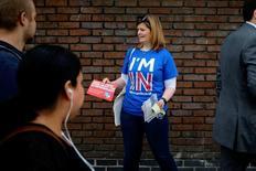 El número de adversarios a la permanencia de Gran Bretaña en la Unión Europea avanzó, aunque todavía quedó cinco puntos por debajo de la mayoría del 51 por ciento que se decantó por mantener el status quo actual, según una nueva encuesta. En la imagen, una mujer reparte folletos a favor de la permanencia en la Unión Europea, en Londres, 20 de mayo de 2016. REUTERS/Kevin Coombs