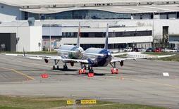 L'A320neo, nouvelle version du monocouloir d'Airbus équipée des moteur LEAP de CFM International, a obtenu mardi la certification conjointe des autorités civiles européenne et américaine, ouvrant la voie à la livraison cet été du premier avion de ce type. /Photo prise le 15 avril 2016/REUTERS/Régis Duvignau