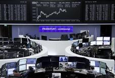 Фондовая биржа Франкфурта-на-Майне. Европейские фондовые индексы сдали позиции в ходе торгов вторника под давлением акций Volkswagen AG, стоимость которых снизилась после публикации немецким автомобильным концерном отчета о финансовых результатах за первый квартал.  REUTERS/Staff/Remote