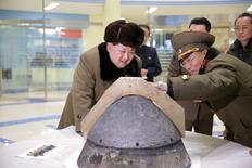 El ejército de Estados Unidos dijo el martes que había detectado lo que aparentemente fue un intento fallido de lanzamiento de un misil de medio alcance por parte de Corea del Norte, una prueba que condenó enérgicamente y consideró una violación de las resoluciones del Consejo de Seguridad de la ONU.  En la imagen de archivo, el líder norcoreano Kim Jong Un mira una cabeza de un cochete tras una simulación de reentrada atomesfñérica de un misil balístico, en un lugar indeterminado en esta foto suministrada por la agencia norcoreana KCNA en Pyongyang, el 15 de marzo de 2016. REUTERS/KCNA/File photo