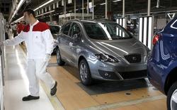 El fabricante de coches Seat presentó el martes sus mejores resultados de un primer trimestre en los últimos 15 años gracias en parte a la contención de costes, pero en el frente laboral surgió un nubarrón al anunciar los sindicatos varios días de paro de producción por la falta de avances en las negociaciones del convenio colectivo. En la imagen de archivo, un empleado de Seat en la fábrica de Martorell. REUTERS/Gustau Nacarino