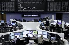 Las bolsas europeas cerraron el martes con caídas, lideradas por el sector bancario y por Volkswagen, que publicó sus resultados del primer trimestre. En la imagen, operadores trabajando en la Bolsa de Fráncfort, el 31 de mayo de 2016. REUTERS/Staff/Remote