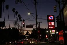Una gasolinera 76 en Los Angeles, EEUU, feb 4, 2016. La producción de petróleo de Estados Unidos declinó por sexto mes consecutivo, dijo el martes la gubernamental Administración de Información de Energía (EIA, por su sigla en inglés) en un reporte mensual.   REUTERS/Mario Anzuoni