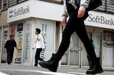 Le conglomérat japonais Softbank a annoncé mardi son intention de vendre pour au moins 7,9 milliards de dollars (7,1 milliards d'euros) d'actions du géant chinois du commerce en ligne Alibaba Group afin de lever des fonds. /Photo prise le 10 mai 2016/REUTERS/Thomas Peter