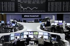 Las bolsas europeas abrieron el miércoles con caídas, prolongando las pérdidas de la sesión previa, con la sueca Elekta entre los peores valores tras presentar resultados. En la foto, operadores en la bolsa de Fráncfort el 31 de mayo de 2016.  REUTERS/Staff/Remote