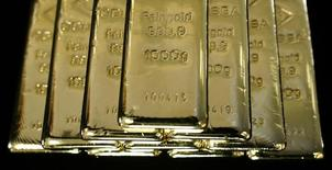 Слитки золота на заводе Oegussa в Вене. 18 марта 2016 года. Цена на золото немного выросла в среду благодаря неудачному началу июня для фондовых рынков и доллара, в то время как инвесторы пытаются оценить, насколько близки США к повышению процентных ставок. REUTERS/Leonhard Foeger