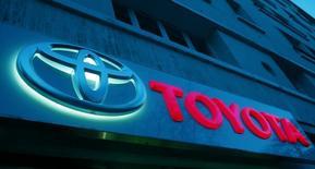 Логотип Toyota в Париже. 19 февраля 2016 года. Toyota Motor Corp сообщила во вторник, что отзовет около 490.000 машин в Японии, Китае, Европе и других регионах из-за потенциально неисправных подушек безопасности Takata Corp. REUTERS/Mal Langsdon