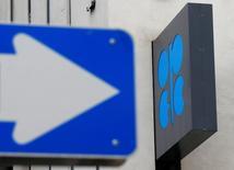 Логотип ОПЕК и дорожный знак у штаб-квартиры картеля в Вене 30 мая 2016 года. Организация стран-экспортеров нефти на заседании в четверг может рассмотреть новые ограничения на добычу, сообщили четыре источника в картеле. REUTERS/Heinz-Peter Bader