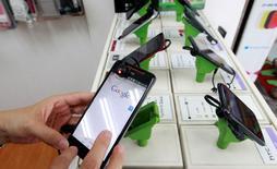 La croissance du marché mondial des smartphones devrait tomber à 3,1% en 2016 après des hausses de 10,5% en 2015 et 27,8% en 2014, affectée comme l'an dernier par le ralentissement de la demande sur les marchés dit matures et en Chine, selon des prévisions actualisées du cabinet d'études IDC. /Photo d'archives/REUTERS/Pichi Chuang