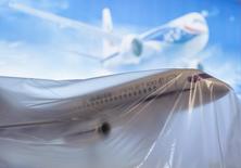 Модель самолета Sukhoi Superjet SSJ-100 в Фарнборо 13 июля 2014 года. Ирландская авиакомпания CityJet, первый западноевропейский заказчик, получивший российский самолет Superjet концерна Гражданские самолеты Сухого, рассчитывает сдавать воздушное судно в аренду крупнейшим европейским авиаперевозчикам со следующего лета, что может способствовать повышению доверия к самолету и увеличению числа заказов. REUTERS/Kieran Doherty