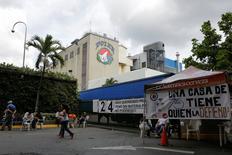 Trabajadores de Empresas Polar se reúnen en la puerta principal de una de sus cervecerías en Caracas, Venezuela. 14 de mayo de 2016. Polar, la mayor cervecería de Venezuela, obtuvo un préstamo del banco español BBVA para financiar la compra de materia prima importada y reactivar su producción detenida durante poco más de un mes. REUTERS/Marco Bello
