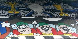 Hinchas del Inter de Milán desplegando afiches en un encuentro frente a la Juventus por la serie A del fútbol italiano en Milán, oct 18, 2015. La minorista china Suning Commerce Group está cerca de comprar una participación mayoritaria en el Inter de Milán, un acuerdo que podría cerrarse a principios de este fin de semana, dijeron el miércoles dos fuentes.  REUTERS/Stefano Rellandini