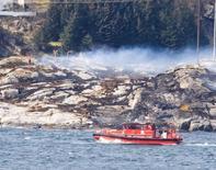 Les enquêteurs norvégiens travaillant sur la chute d'un hélicoptère Super Puma H225 d'Airbus en mer du Nord (photo) ont alerté l'Agence européenne de la sécurité aérienne (EASA) sur un problème potentiel sur la boîte de transmission de ce modèle, en soulignant qu'une usure comme celle constatée sur l'une des pièces était rarement due à des problèmes de maintenance. /Photo prise le 29 avril 2016/REUTERS/Scanpix/Bergens Tidende