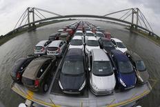 Sur le Rhin. Les ventes de voitures neuves ont augmenté d'environ 10% en mai en Allemagne. /Photo d'archives/REUTERS/Wolfgang Rattay