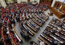 Заседание украинского парламента в Киеве 29 марта 2016 года. Парламент Украины впервые после раскола коалиции сумел собрать конституционное большинство - более 300 голосов и утвердил судебную реформу, которую Киев и Запад называют ключом к борьбе с коррупцией и восстановлению разрушенной войной и кризисом экономики. REUTERS/Gleb Garanich