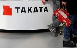 Visitantes caminan junto al logo de Takata Corp, en una exhibición de vehículos en Tokio, Japón. 5 de febrero de 2016. Seis automotrices dijeron el jueves que están llamando a revisión a casi 2,5 millones de vehículos en Estados Unidos para verificar defectos en las bolsas de aire de la empresa japonesa Takata, mostraron documentos publicados por reguladores del gobierno. REUTERS/Toru Hanai/File Photo