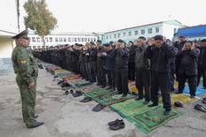 Заключенные отмечают исламский праздник курбан-байрам в душанбинской тюрьме 26 октября 2012 года. Таджикистан в четверг приговорил к пожизненному заключению двух бывших лидеров некогда парламентской, но позже запрещенной исламской партии по обвинению в попытке переворота.  REUTERS/Nozim Kalandarov
