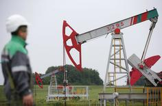 Un trabajado mira una unidad de bombeo en un campo de petróleo propiedad de Bashneft, al norte de Ufa, Rusia. 11 de julio de 2015. La producción de petróleo de Rusia bajó en mayo a 10,83 millones de barriles por día (bpd), en su segundo mes consecutivo de caída, pero aún está cerca de un máximo histórico alcanzado previamente este año. REUTERS/Sergei Karpukhin/File Photo