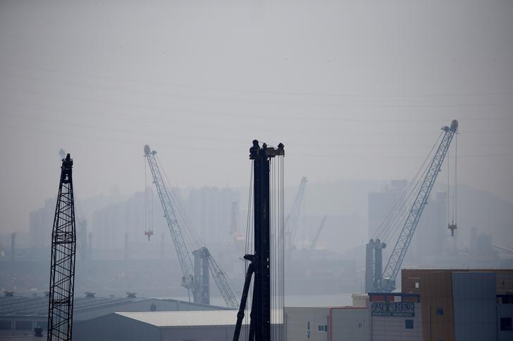 Cranes are seen on a polluted day in Incheon, South Korea, May 30, 2016.  REUTERS/Kim Hong-Ji