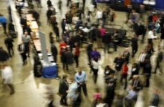 """Personas buscando empleo en la feria de trabajos """"Contratando a Nuestros Heroes"""", en Washington. 8 de enero de 2016. Los empleadores privados de Estados Unidos aumentaron las contrataciones en mayo y las nuevas solicitudes de subsidios por desempleo cayeron la semana pasada, mejorando aún más el panorama económico para el segundo trimestre. REUTERS/Gary Cameron"""