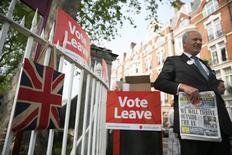 Una partidario de la campaña por que Gran Bretaña abandone la UE habla a los transeúntes en un evento en Londres. 28 de mayo de 2016. La libra esterlina reaccionaría con una caída de un 9 por ciento contra el dólar si los británicos votan a favor de dejar la Unión Europea en un referendo del 23 de junio, mostró el jueves un sondeo de Reuters entre estrategas cambiarios. REUTERS/Neil Hall