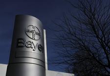 El logo del grupo farmacéutico y químico alemán Bayer AG en su planta de producción en Wuppertal, feb 24, 2014. El grupo farmacéutico y químico alemán Bayer AG, que hizo una oferta de 62.000 millones de dólares por la estadounidense Monsanto Co, obtuvo una línea de crédito por 60.000 millones de euros (67.000 millones de dólares) que puede ampliarse a 75.000 millones, reportó el jueves el diario Handelsblatt.   REUTERS/Ina Fassbender/File Photo