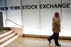 Трейдер в здании Нью-Йоркской фондовой биржи 1 июня 2016 года. Индексы США закрылись небольшим ростом в четверг, поскольку свежие данные указали на укрепление экономики, а новый подъем акций здравоохранения компенсировал снижение энергетического сектора. REUTERS/Lucas Jackson