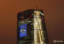 Символ евро на здании ЕЦБ во Франкфурте-на-Майне 12 марта 2016 года. Евро находился вблизи трёхлетнего минимума к иене в пятницу, поскольку Европейский центральный банк воздержался от существенных изменений своей политики накануне, не поддержав этим решением единую валюту. REUTERS/Kai Pfaffenbach/Files