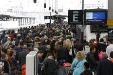 """Пассажиры пытаются сесть в поезд на Лионском вокзале Парижа в день всеобщей забастовки железнодорожников 2 июня 2016 года. Французское правительство, пытающееся укротить волну протестов, грозящих срывом чемпионат Европы по футболу, призвало в пятницу железнодорожников прекратить забастовку и сочло """"безответственным"""" планы пилотов авиакомпании Air France присоединиться к стачке. REUTERS/Charles Platiau"""