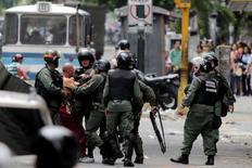 Oficiales de la Guardia Nacional venezolana detienen a un manifestante durante una protesta contra la escasez de alimentos, en Caracas, Venezuela, 2 de junio de 2016. Un bloque de países de la región se reúne el fin de semana en La Habana con la presencia de varios presidentes latinoamericanos, en medio de la crisis política que vive Venezuela, el principal soporte energético para la mayoría de las 25 naciones afiliadas a la Asociación de Estados del Caribe (AEC) REUTERS/Marco Bello