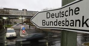 Una señalética afuera del Banco Central Alemán, el Bundesbank, en Fráncfort, Alemania. 4 de febrero de 2013. El banco central alemán, el Bundesbank, recortó el viernes sus previsiones de crecimiento para el país citando como causa una más débil demanda de las exportaciones, a pesar de que espera que el fuerte consumo y el sólido mercado laboral sigan respaldando el crecimiento económico. REUTERS/Kai Pfaffenbach