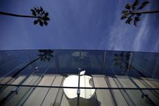 Una tienda de Apple en Santa Monica, EEUU, feb 23, 2016. El gigante de la tecnología Apple Inc dijo que todos sus servicios, incluyendo su popular tienda de aplicaciones, fueron reanudados después de una interrupción que comenzó la tarde del jueves.   REUTERS/Lucy Nicholson