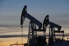 Насосы-качалки на нефтяном месторождении Имилорское. Цена на нефть Brent выросла до $50 за баррель в понедельник благодаря падению доллара, которое может поддержать спрос, в то время как продолжение атак на нефтяную инфраструктуру в Нигерии ограничивало поставки. REUTERS/Sergei Karpukhin/Files