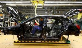 Los pedidos industriales alemanes cayeron más de lo esperado en abril debido a una menor demanda externa de bienes, según mostraron datos publicados el lunes, lo que sugiere que la incertidumbre mundial dejó su huella en la mayor economía de Europa en el inicio del segundo trimestre. En la foto, un empleado en la planta de Mercedes Benz en Rastatt el 22 de enero de 2016.  REUTERS/Kai Pfaffenbach/File Photo