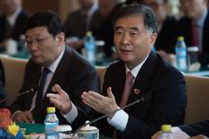 """China va a presentar la próxima semana su propuesta de una """"lista negativa"""" con los sectores fuera del alcance de las inversiones estadounidenses en el tratado de inversión bilateral entre Estados Unidos y China, dijo el viceprimer ministro chino Wang Yang el lunes. En la imagen, el vicepremier chino Wang Yang habla con el secretario de Estado de EEUU John Kerry (que no aparece en la imagen) durante una reunión en Beijing, 6 de junio de 2016. REUTERS/NICOLAS ASFOURI/Pool"""