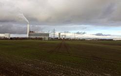 Los propietarios DONG Energy han subido el precio mínimo para la colocación en bolsa esta semana de la compañía energética danesa, dijo una fuente con conocimiento directo de la situación. En la imagen de archivo, vista general de una central eléctrica de DONG Energy en Kalundborg, Dinamarca, el 20 de noviembre de 2015. REUTERS/Sabina Zawadzki