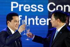 El gigante comercial chino Suning Commerce Group ha acordado comprar cerca del 70 por ciento del club de fútbol italiano Inter de Milán por 270 millones de euros, que será la adquisición más destacada hasta la fecha de un club europeo por parte de una firma china.  En la imagen, el presidente de la compañía Suning, Zhang Jindong (derecha), y el presidente del Inter de Milán, Erick Thohir, brindan durante una rueda de prensa en Nankín, China, el 6 de junio de 2016. REUTERS/Aly Song