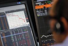 Un operador bursátil trabaja frente a sus pantallas de ordenador, en París, el pasado 24 de agosto de 2015. La confianza en la economía de la zona euro subió en junio a su nivel más alto este año, según un sondeo difundido el lunes, lo que sugiere que los inversores dejaron atrás las preocupaciones sobre el panorama global que oscurecieron las expectativas a comienzos de año. REUTERS/Regis Duvignau