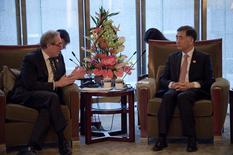 """El viceprimer ministro chino, Wang Yang (derecha), en una reunión con el representante estadounidense Michael Froman, en Pekín. 6 de junio de 2016. China presentará la próxima semana su propuesta de una """"lista negativa"""" con los sectores fuera del alcance de las inversiones estadounidenses en el tratado de inversión bilateral entre Estados Unidos y China, dijo el lunes el viceprimer ministro chino Wang Yang. REUTERS/Nicolas Asfouri/Pool"""
