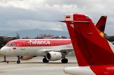 Aviones de la aerolínea colombiana Avianca transitan en el Aeropuerto Puente Aéreo en Bogotá, Colombia. 3 de junio, 2016. Las aerolíneas interesadas en el grupo Avianca Holdings SA y en su filial brasileña muestran que América Latina sigue siendo atractiva para las compañías aéreas extranjeras, pese a la debilidad económica y a la depreciación de las divisas locales. REUTERS/John Vizcaino