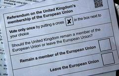 La firma de apuestas financieras IG Group dijo el lunes que sus clientes están ahora apostando más dinero a que los habitantes de Reino Unido votarán a favor de abandonar la UE, la primera vez que ocurre esto desde que se creó este mercado a principios de año.  Ilustración fotográfica con la papeleta postal para el referéndum del 23 de junio en el que los británicos decidirán si se quedan o abandonan la UE. REUTERS/Russell Boyce