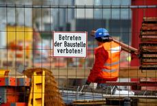 La producción industrial alemana subió en abril tras dos meses de contracción, sugiriendo que el motor de la principal economía europea funcionaba bien, según datos difundidos por el Ministerio de Economía en Berlín. En la foto, un trabajador de la constructora Hochtief en una zona de obras en Essen el 8 de marzo de 2016. REUTERS/Wolfgang Rattay