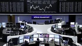 Las bolsas europeas avanzaban en las primeras operaciones del martes, siguiendo las ganancias en Wall Street y Asia, después de que la presidenta de la Reserva Federal, Janet Yellen, hiciera un comentario sobre el momento de una eventual subida de los tipos de interés en Estados Unidos. En la imagen, unos operadores en la bolsa de Fráncfort, el 6 de juno de 2016.     REUTERS/Staff/Remote