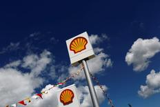 Royal Dutch Shell a l'intention de céder jusqu'à 10% de sa production de pétrole et de gaz, y compris en quittant cinq à dix pays où il est présent, afin de réduire ses coûts à la suite du rachat de BG Group pour 54 milliards de dollars (47,5 milliards d'euros). /Photo prise le 25 avril 2016/REUTERS/Murad Sezer