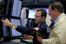Трейдеры на Уолл-стрит. Рост акций компаний энергетического и технологического секторов помог подняться американским фондовым индексам S&P 500 и Dow в начале торгов вторника, тогда как резкое падение акций сектора здравоохранения ограничило подъем индекса Nasdaq.   REUTERS/Brendan McDermid